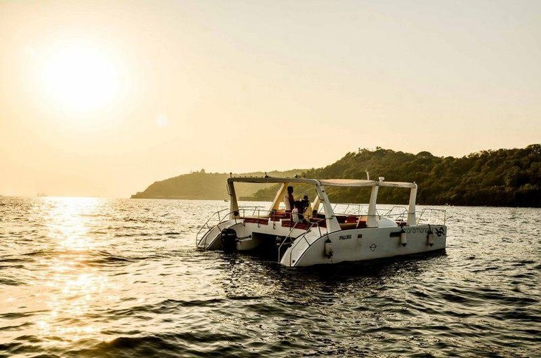 CATAMARAN CRUISER ON RENT - Tour