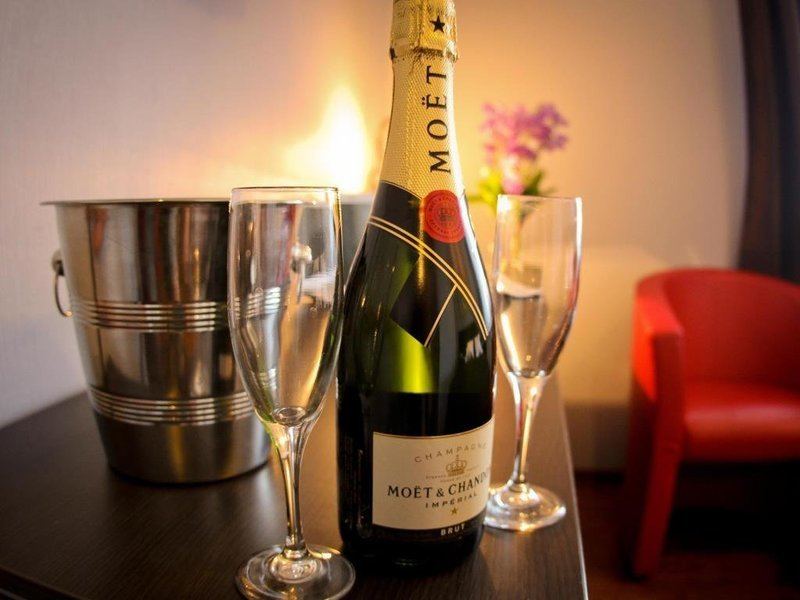 Champagne or Wine Bottle, Honeymoon Specials in Singapore - Tour